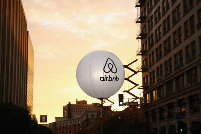 Un logo d'Airbnb à Los Angeles, en Californie, en novembre 2016.