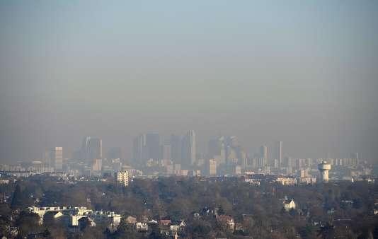 Une vue de Paris prise de Saint-Germain-en-Laye, le 5 décembre 2016