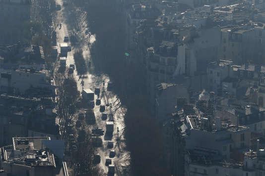 Paris dans le« smog» le 5décembre, vu depuis le haut de la tour Montparnasse, dans le 15earrondissement.