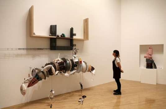 Une œuvre de Helen Marten exposée à la Tate Britain, à Londres, le 26septembre.