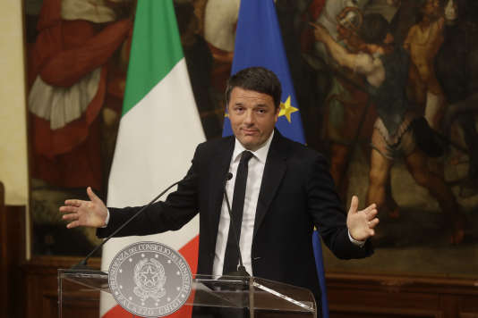 Le premier ministre italien, Matteo Renzi, annonçant sa démission le 5 décembre, au Palazzo Chigi.