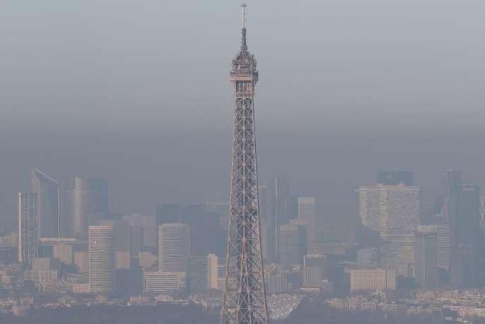 La tour Eiffel, à Paris, le 5 décembre.