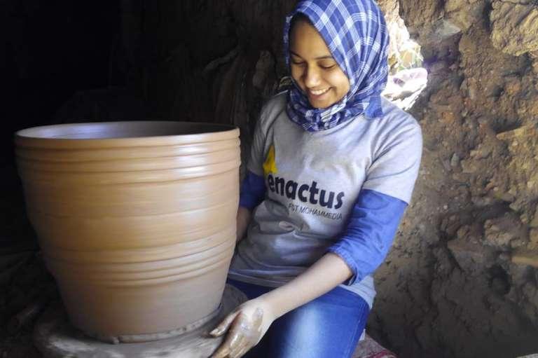Raowia Lamhar met la main à l'ouvrage dans l'atelier de poterie de Marrakech où sont conçus les réfrigérateurs en argile.