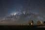 La Voie lactée vue depuis le VLT, l'observatoire européen situé au Chili. Sur l'un de ces télescopes la lumière en provenance d'une étoile à neutrons est arrivée plus polarisée qu'attendu.
