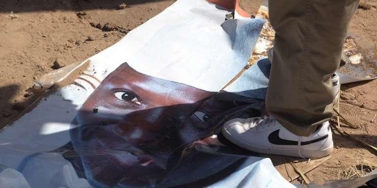 Affiche électorale de Yahya Jammeh, président candidat à un cinquième mandat, le 1er décembre 2016 à Banjul.