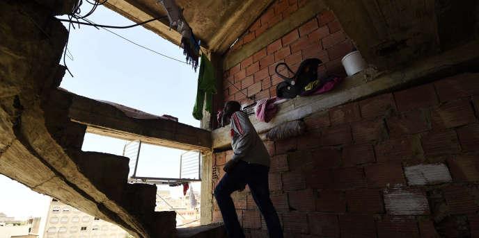 Un migrant subsaharien dans les escaliers d'un immeuble délabré où il vit avec d'autres migrants, le 29 mai 2016, àAlger.