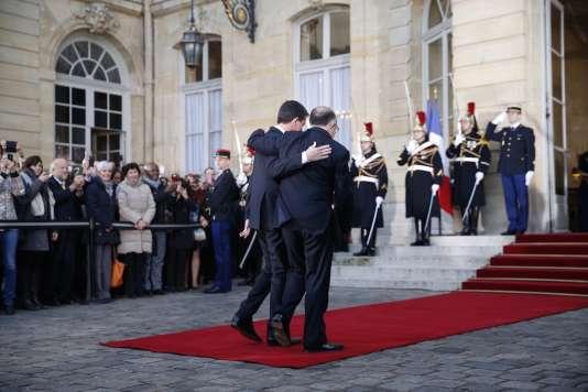 Passation de pouvoir à Matignon entre Manuel Valls et Bernard Cazeneuve, mardi 6décembre.