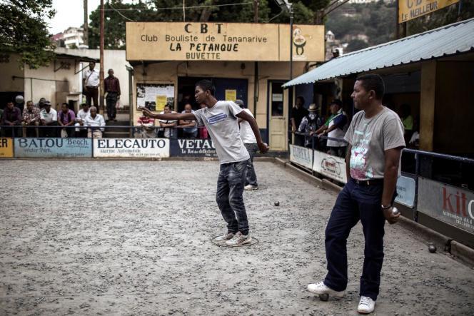 Des habitants d'Antananarivo jouent à la pétanque le 25 novembre 2016. Le pays vient d'être sacré champion du monde.