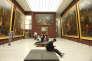 Au musée du Louvre, les monumentales Batailles de Louis XIV par Le Brun ont retrouvé leur éclat après avoir été désencadrées pour un dépoussiérage, voir une restauration si besoin. Au centre, les banquettes de Charlotte Perriand.