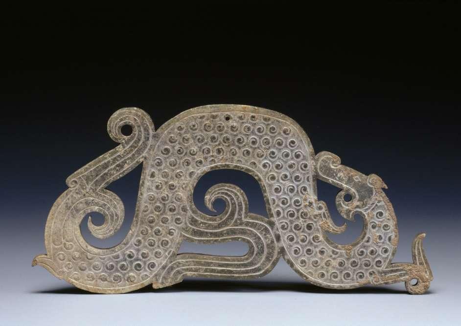 Pendentif en forme de dragon –Chine Zhou de l'Est, période des Royaumes combattants (475-221 av. J.-C.), IVesiècle av.J.-C –jade.