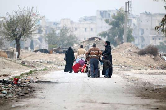 Des Syriens fuient le quartier de Kadi Askar à Alep, le 5 décembre 2016.