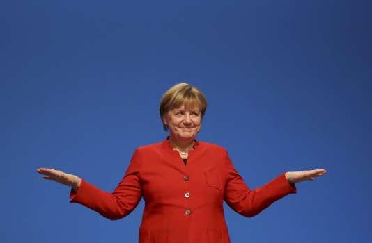 La chancelière allemande et leader du parti conservateur de l'Union Démocratique Chrétienne, Angela Merkel, après son discours lors du congrès à Essen, en Allemagne, le 6 décembre 2016.