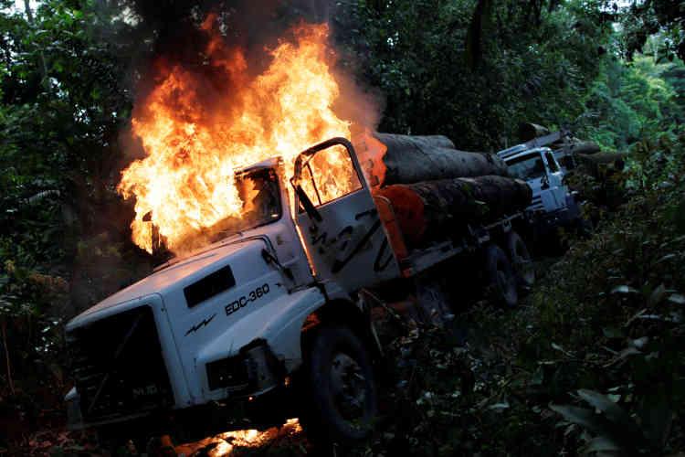 La destruction des camions des contrebandiers est une mesure efficace faisant partie de la stratégie de la police.