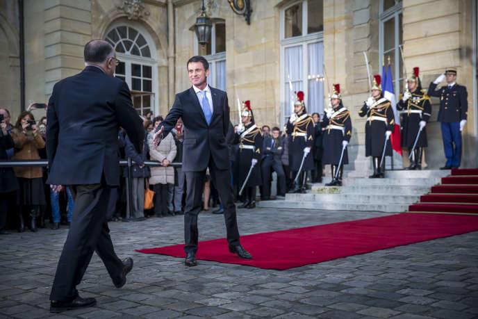 Passation de pouvoirs à Matignon entre Manuel Valls et Bernard Cazeneuve, à Paris, le 6 décembre.