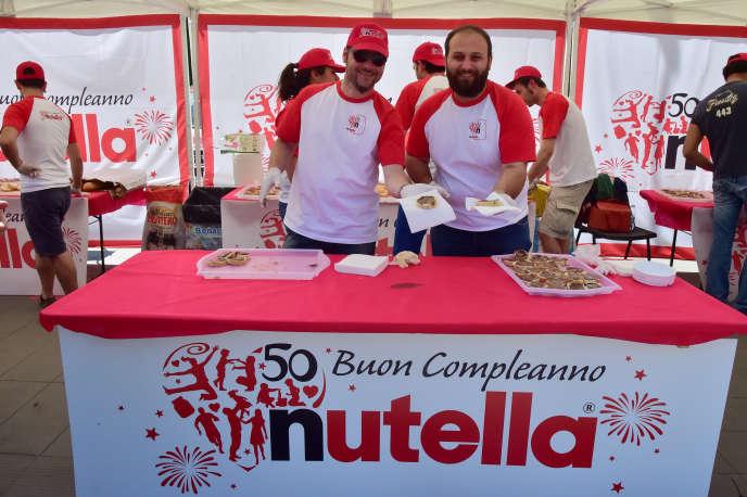 Distribution de Nutella, lors du 50e anniversaire de la célèbre pâte à tartiner de Ferrero, à Alba, en Italie, le 17 mai 2014.