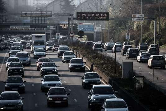La circulation alternée, qui s'accompagne de la gratuité des transports en commun en Ile-de-France, a provoqué toutefois des bouchons massifs mardi dans la matinée.