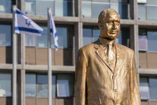 Une statue à l'effigie du premier ministre israélien Benyamin Nétanyahou, réalisée par l'artiste Itai Zalait, en guise de protestation contre sa politique, devant la mairie de Tel-Aviv, le 6 décembre.