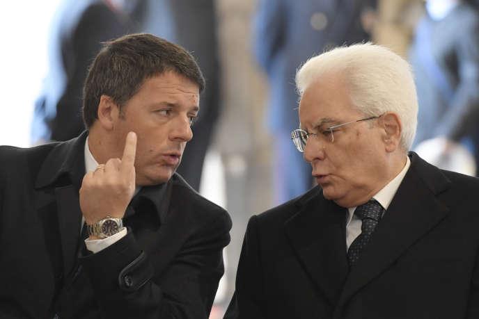 Le président italien, Sergio Mattarella (à droite), avec Matteo Renzi, le chef du gouvernement, le 20 novembre 2016 lors d'une cérémonie à la basilique Saint-Pierre de Rome.