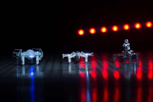 es drones Star Wars. De gauche à droite; le Tie Advanced X1 de Dark Vador, le chasseur T-65 X-Wing et le Speeder bike.