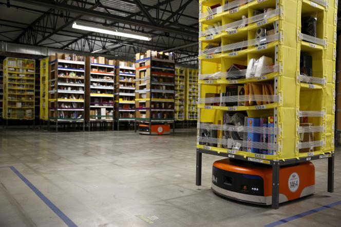 Un robot déplace des produits dans un centre de dépôt d'Amazon, en août 2015.