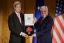 John Kerry (à gauche) reçoit des mains de Frank-Walter Steinmeier, ministre allemand des affaires étrangères la croix fédérale du mérite à Berlin, le 5 décembre.