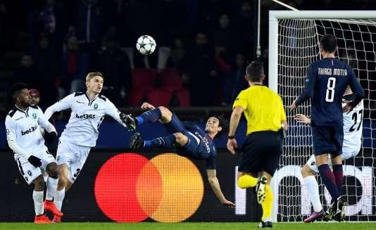 Edinson Cavani, du PSG, marque contre le Ludogorets Razgrad pendant laLigue des champions, au Parc des Princes, à Paris, le 6 décembre.
