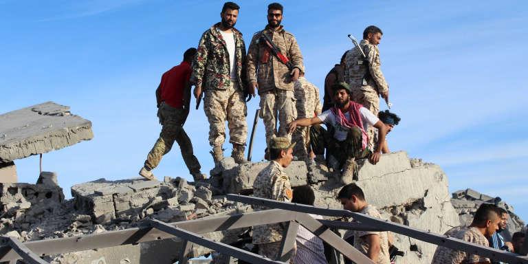 Des combattants libyens, le 5 décembre, à Syrte.