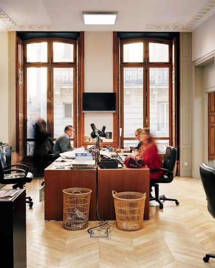 Parquet, fresques, murs blancs, hauts plafonds : la rédaction du «Canard» occupe un vaste bureau dans le centre de la capitale.
