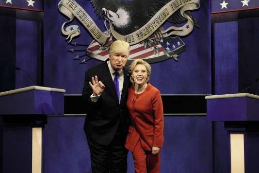 Alec Baldwin interprète chaque semaine, avec Kate McKinnon dans le rôle d'Hillary Clinton, un Donald Trump stupide et ignare dans l'émission satirique« Saturday Night Live».