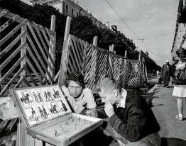"""Il y a tout juste vingt-cinq ans,le 26 décembre 1991, l'URSS cessait d'exister. L'aboutissement d'une vague de réformes menées depuis 1985 par Mikhaïl Gorbatchev. Durant cette période de transition, un vent de liberté soufflait à Moscou, Erevan ou Tachkent. On parlait alors de restructuration (""""perestroïka"""") et de transparence (""""glasnost""""). Saisis au crépuscule des années 1980, les clichés du photographe belge Carl De Keyzer racontent l'espoir du changement. Bientôt balayé par l'amertume. IciSaint-Pétersbourg(Leningrad à l'époque),en 1988."""