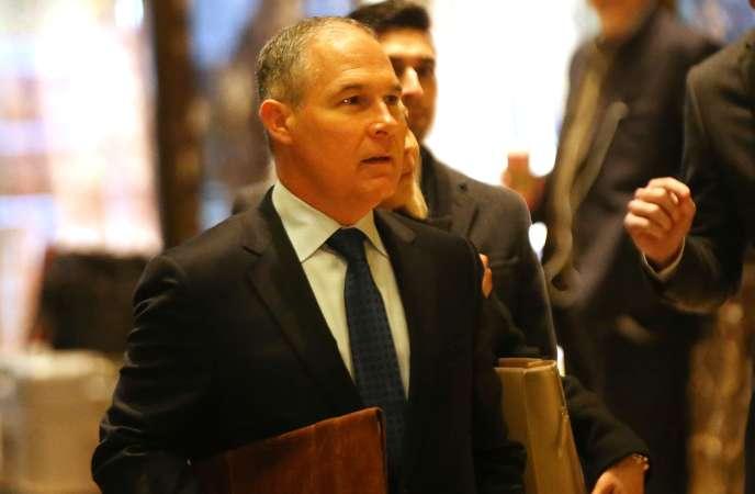 Le ministre de la justice de l'Oklahoma, Scott Pruitt, à son arrivée à la Trump Tower à New York, le 7 décembre.