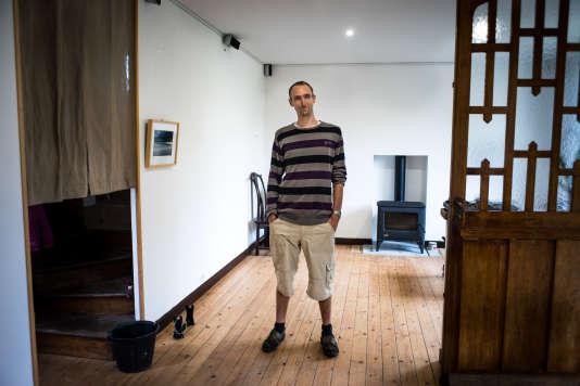 Vincent Jacquenet, s'est installé à Ploubazlanec pour vivre une vie simple dans un lieu où il se sent bien.