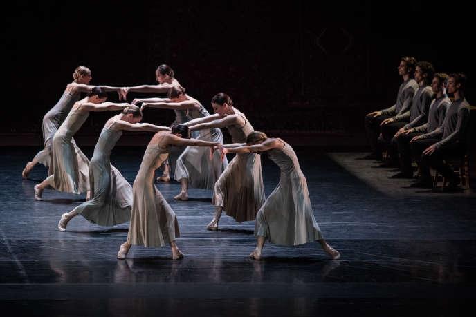 «Symphonie de psaumes», par le Ballet de l'Opéra national de Paris, d'après une chorégraphie de Jiri Kylian.