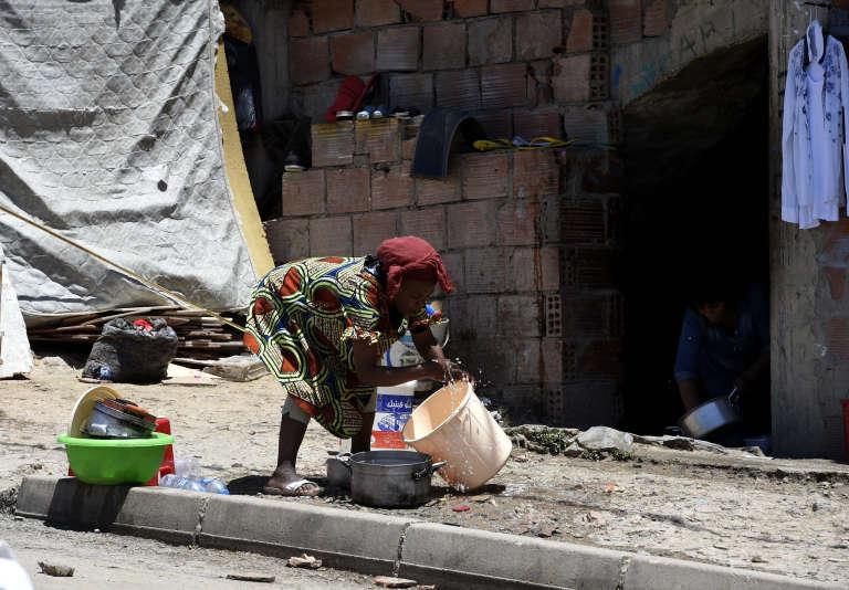 Une migrante subsaharienne, le 29 mai 2016 à Alger. Souvent originaires d'Afrique de l'Ouest, ces migrants vivent dans des situations très précaires.