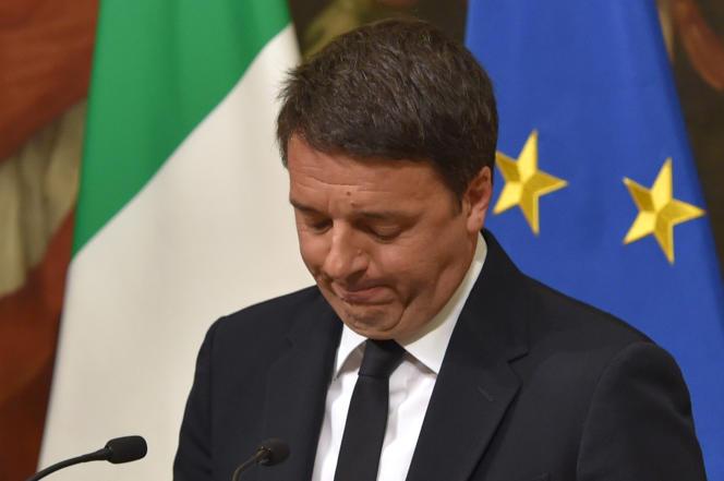 Matteo Renzi annonce sa démission, au palais Chigi, à Rome, le 5 décembre.