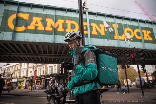 Un cousier Deliveroo, au nord de Londres en novembre. Les livreurs de la start-up ont dénoncé cet été un changement dans le mode de calcul de leurs revenus d'autoentrepreneurs.