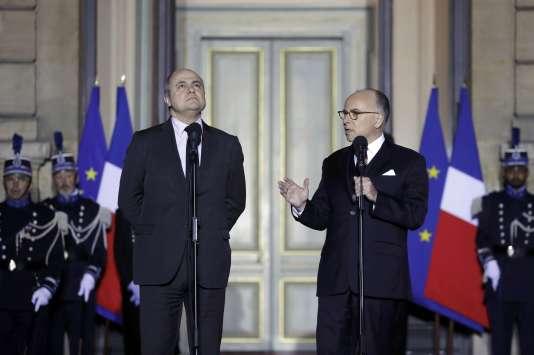 L'ancien ministre de l'intérieur, Bernard Cazeneuve (à droite sur la photo), nommé premier ministre, reçoit son successeur Place Beauvau, Bruno Le Roux, le 6 décembre.