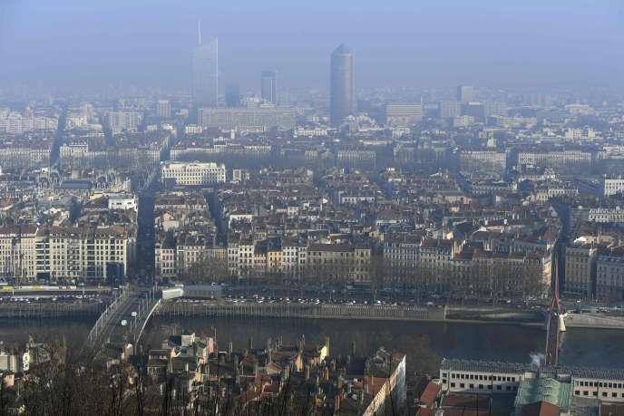 A Lyon, le 7 décembre. Il faut que le seuil de 80 µg/m3 de particules fines soit atteint ou dépassé durant quatre jours de suite pour que des mesures réglementaires soient prises.