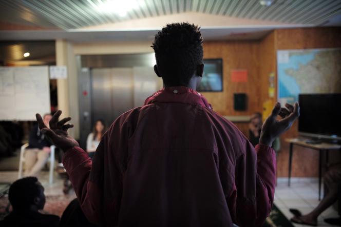 Des demandeurs d'asile soudanais participent à une réunion avec l'association Coallia sur les démarches administratives pour l'obtention du statut de réfugié, le 2 décembre au centre d'accueil et d'orientation (CAO) de Cancale.