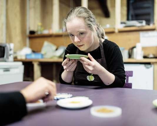 Caroline Cholet, l'une des deux aides cuisinières, explique que ce travail lui« donne de l'espoir».