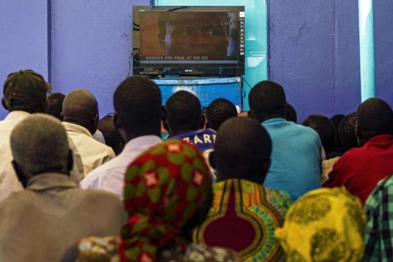 Retransmission à Gulu, en Ouganda, du procès de l'ex-enfant soldat Dominic Ongwen, en 2016.