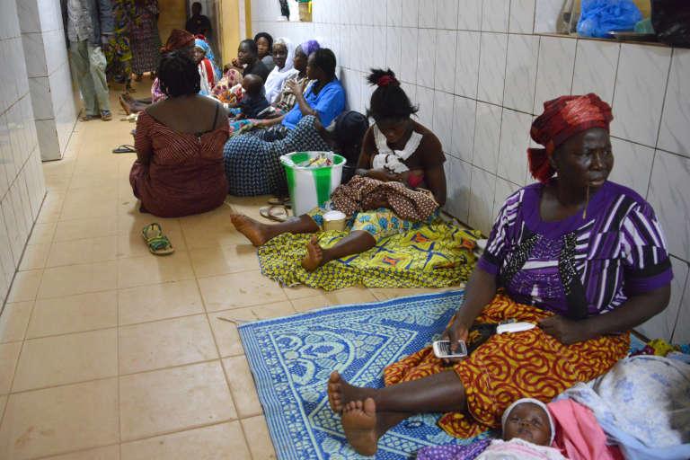 A l'hôpitalYalgado de Ouagadougou, le 22 novembre 2016, des familles se sont installées dans les couloirs pendant une grève des médecins et des infirmières qui réclament des hausses de salaire.