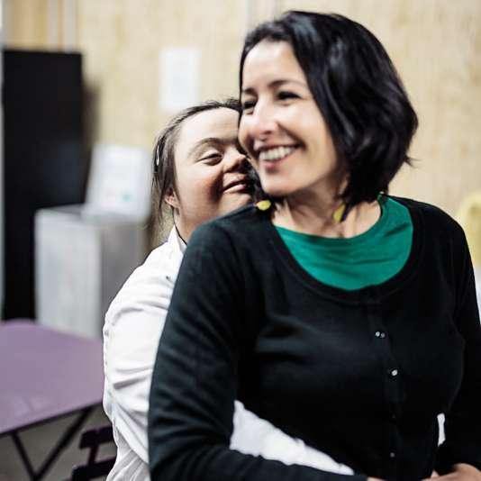 Farida El Hadek, chef decuisine et éducatrice spécialisée, avec Marie-Noëllie.