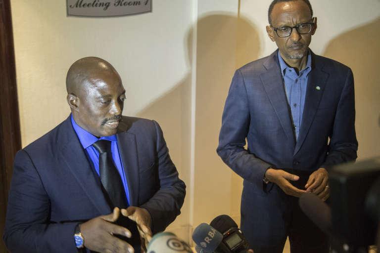 Le président congolais Joseph Kabila (à gauche) avec son homologue rwandais Paul Kagamé, ici lors de la conclusion d'un accord entre leurs deux pays, à la frontière, en août 2016. Tous deux ont été écoutés par les services britanniques.