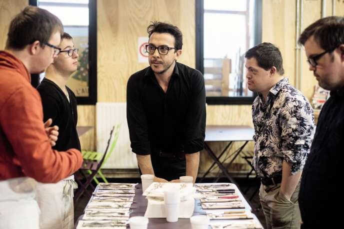 En attendant l'ouverture, l'équipedu Reflet se prépare à la cantine duSolilab de Nantes. Ici,Thomas Boulissière, le gérant, avec les quatre serveurs.