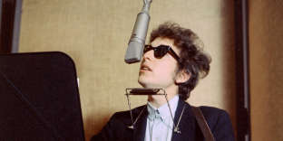 Bob Dylan lors de l'enregistrement de l'album « Bringing It All Back Home », en janvier 1965, au Studio Columbia, à New York.