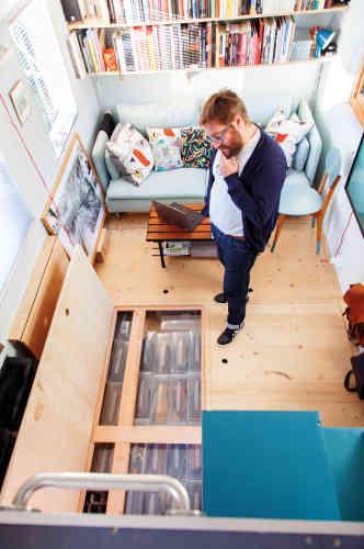 Depuis que Régis est enfant, il rêve de cabanes, de caravanes, de petits espaces ou de petites maisons. Adulte, il n'a rien perdu de ce rêve et s'est intéressé à des aspects innovants de l'architecture. Alors qu'il se promène dans un Salon de l'habitat à Nantes, Régis tombe une «tiny house». C'est un vrai coup de foudre.
