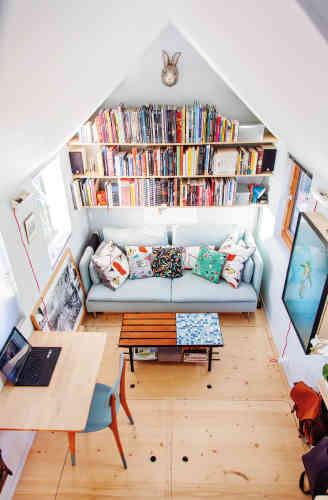 Régis travaille sur des plans pour adapter sa minuscule maison à ses envies. Elle sera pratique, avec des rangements, décorée avec goût. Son amour de l'architecture et sa nouvelle formation de tapissier décorateur en poche facilitent la réalisation.