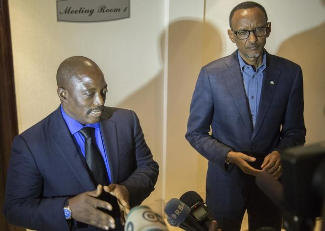 Rwanda's President Paul Kagame (R) and Democratic Republic of Congo's President Joseph Kabila answer jounalists' questions at the Rwanda-DRC border in Rubavu after concluding bilateral discussions on August 12, 2016. Both countries committed to mutual efforts for the revitalization of bilateral relations including the enhancing of diplomatic relations between Rwanda and Democratic Republic of Congo. / AFP PHOTO / CYRIL NDEGEYA