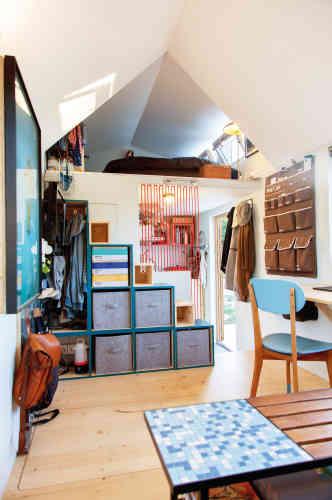 Pour accéder à sa chambre sur la mezzanine, Régis a construit un escalier en cubes de bois. Ils servent également de rangements et deux d'entre eux sont aussi des sièges d'appoint qui permettent de se retrouver à six autour de la table basse.